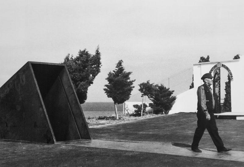 Passages de Dani Karavan en hommage aux exilés et à Benjamin Walter, photo extraite du livre Dani Karavan hommage à Benjamin Walter à Portbou, Editions Philipp Von Zaben, Mainz 1995