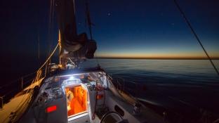 voilier Thera Explorer, navigation de nuit sous la lune, photo Serge BRIEZ